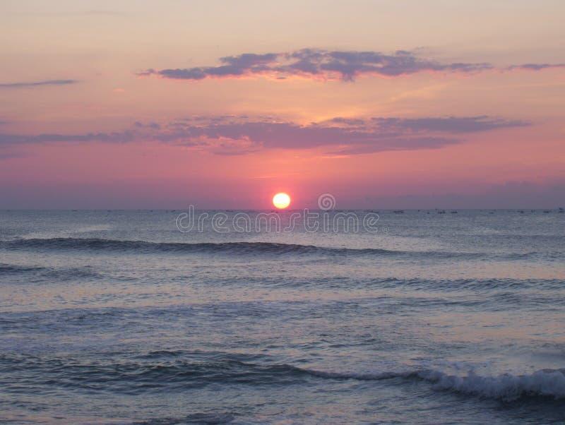 Mooie zonsopgang over grijze kleurenoceaan met oranje kleurenhorizon stock afbeelding