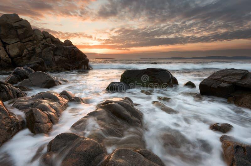 Mooie zonsopgang over het overzees Bewolkte dramatische hemel, grote golven Prachtige cloudscape dichtbij de kust royalty-vrije stock foto's