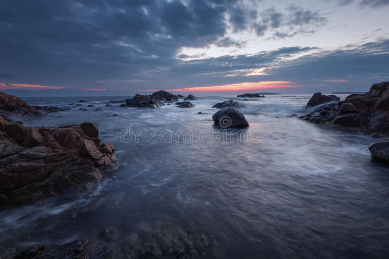 Mooie zonsopgang over het overzees Bewolkte dramatische hemel, grote golven Prachtige cloudscape dichtbij de kust stock foto