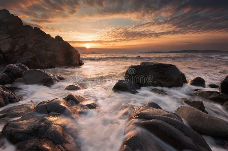 Mooie zonsopgang over het overzees Bewolkte dramatische hemel, grote golven Prachtige cloudscape dichtbij de kust royalty-vrije stock fotografie