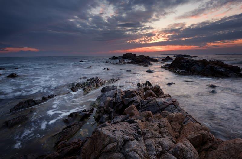 Mooie zonsopgang over het overzees Bewolkte dramatische hemel, grote golven Prachtige cloudscape dichtbij de kust royalty-vrije stock afbeeldingen