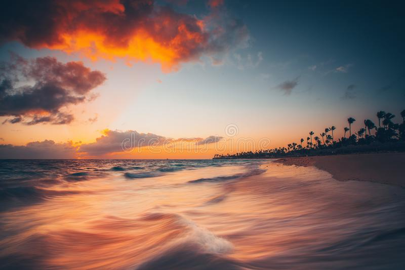 Mooie zonsopgang over het overzees Tropisch eilandstrand Punta Cana Dominicaanse Republiek royalty-vrije stock fotografie