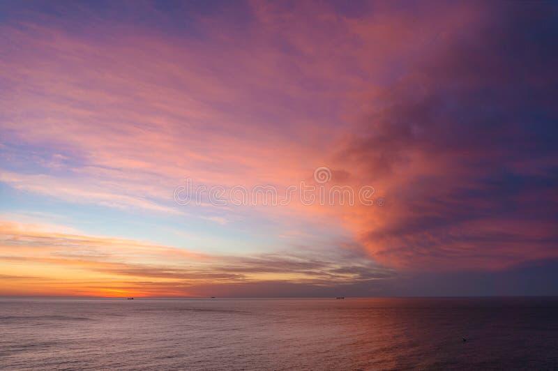 Mooie zonsopgang, zonsonderganghemel over kalme oceaan royalty-vrije stock afbeeldingen