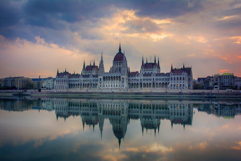 Mooie zonsopgangcityscape van het beroemde parlement van Boedapest royalty-vrije stock afbeelding