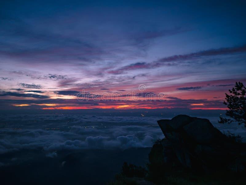 Mooie Zonsopganghemel met silhouet Rotsachtige klip in de ochtend op de berg van Khao Luang in het Nationale Park van Ramkhamhaen stock foto