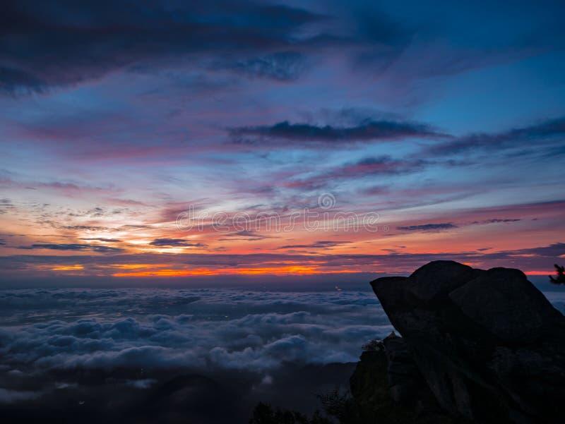 Mooie Zonsopganghemel met silhouet Rotsachtige klip in de ochtend op de berg van Khao Luang in het Nationale Park van Ramkhamhaen stock foto's