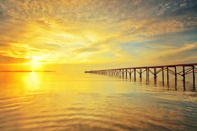 Mooie Zonsopgangmening bij visserspier stock foto's