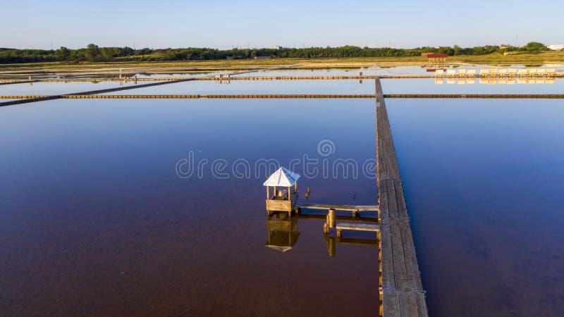 Mooie zoute moerassen bij het toenemen zon royalty-vrije stock afbeelding