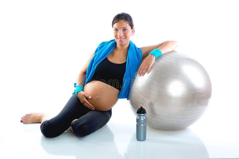 Mooie zwangere vrouw bij ontspannen geschiktheidsgymnastiek royalty-vrije stock fotografie
