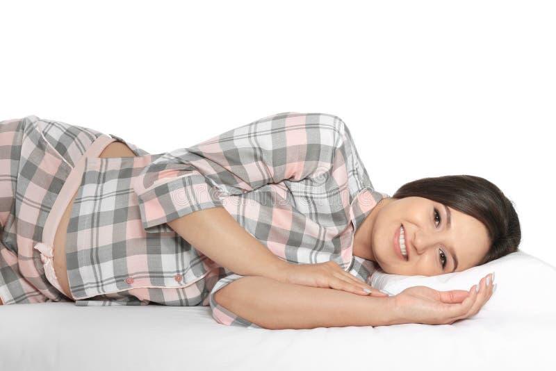 Mooie zwangere vrouw die met orthopedisch hoofdkussen op bed liggen stock afbeelding