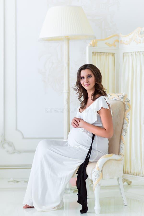 Mooie zwangere vrouw die mooi voelen stock afbeelding