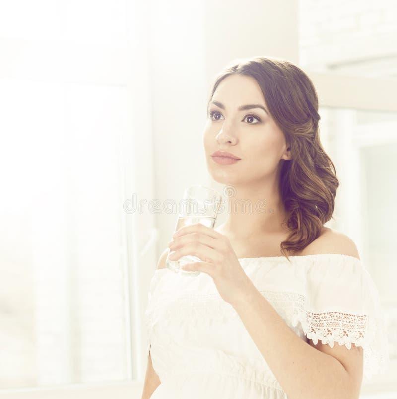 Mooie zwangere vrouw in witte kleding Moederschap, zwangerschap, stock afbeeldingen