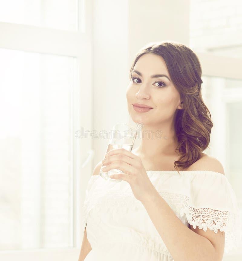 Mooie zwangere vrouw in witte kleding Moederschap, zwangerschap, royalty-vrije stock afbeelding