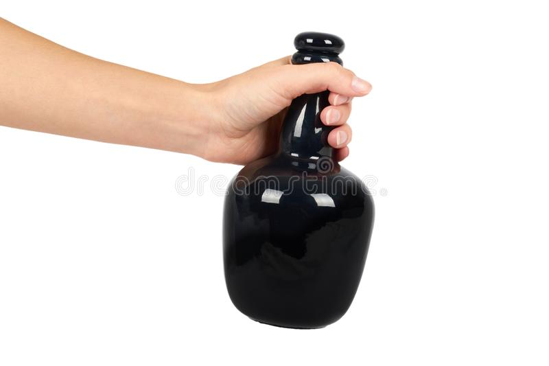 Mooie zwarte die fles ter beschikking op witte achtergrond, dure alcohol, luxedrank wordt geïsoleerd stock fotografie