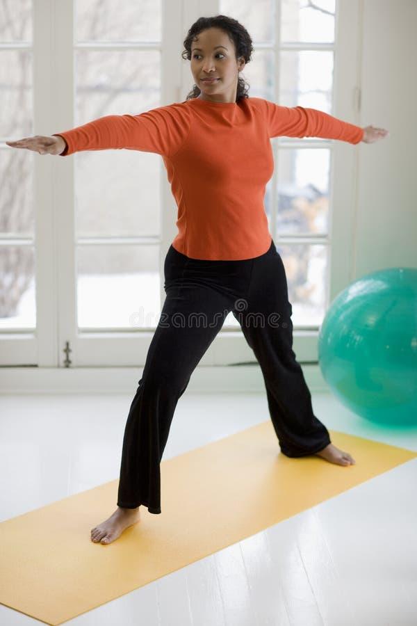 Mooie zwarte het praktizeren yoga royalty-vrije stock afbeeldingen