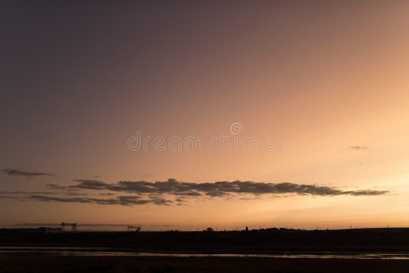 Mooiste kleurrijke zonsondergang of zonsopganghemel met dramatische wolken stock afbeeldingen
