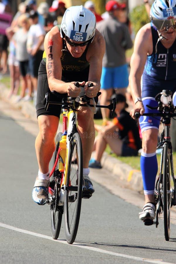 MOOLOOLABA, AUSTRALIEN - 14. SEPTEMBER: Nicht identifizierte Teilnehmer an Zyklusbein des Sonnenscheins fahren Triathlon am 14. S stockfotos
