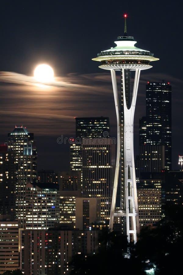 moon över seattle royaltyfri foto