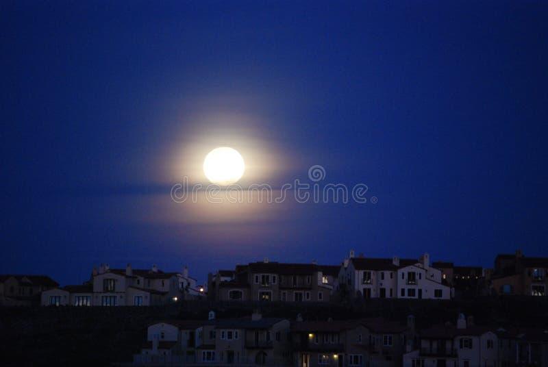moon över taköverkanter royaltyfri foto