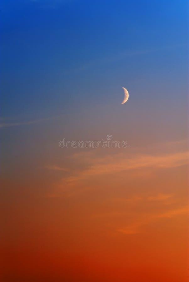 Moon auf orange blauem Himmel stockfoto