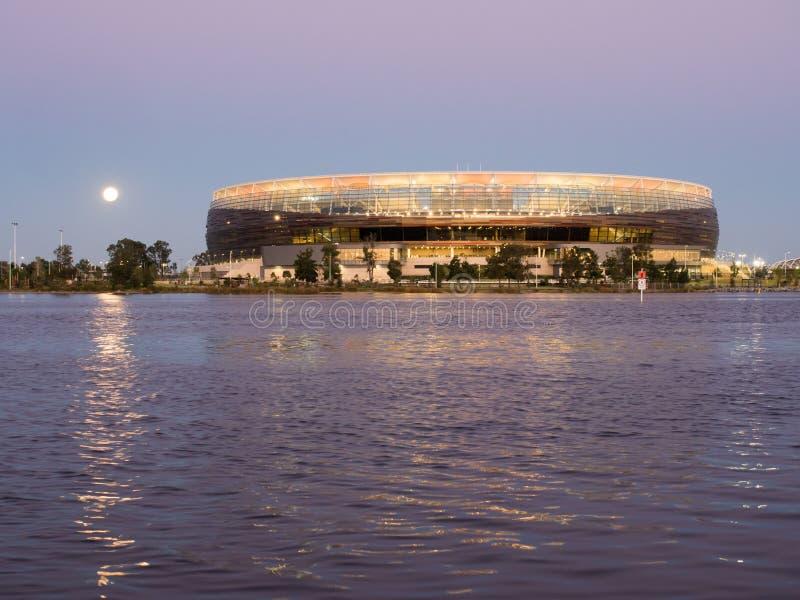 Moon a aumentação sobre o estádio de Perth, rio da cisne, Perth, Austrália Ocidental fotos de stock royalty free