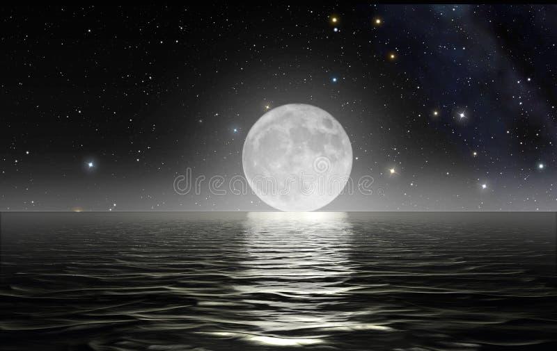 Moon a aumentação sobre o oceano imagem de stock