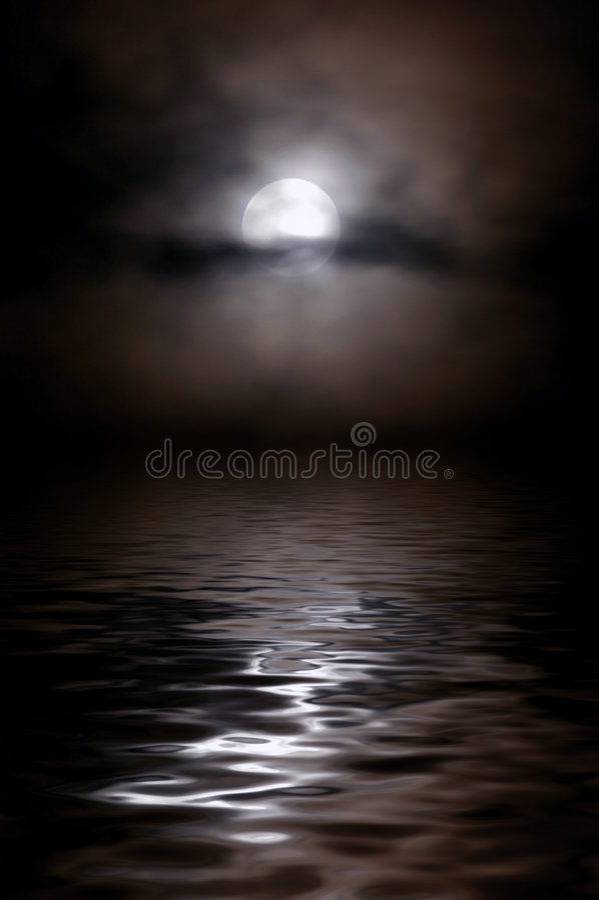Moon nas nuvens acima de um lago nocturno, é uma estrada lunar imagens de stock