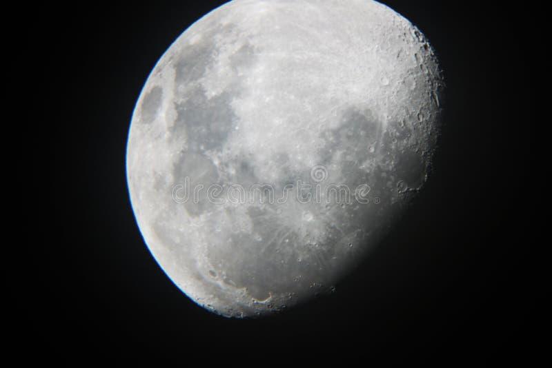 Moon o close up isolado céu do preto escuro fotografia de stock