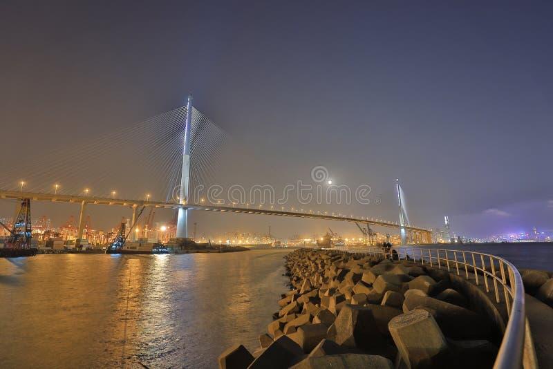 moon a opinião do aumento em Stonecutters ponte, Hong Kong foto de stock