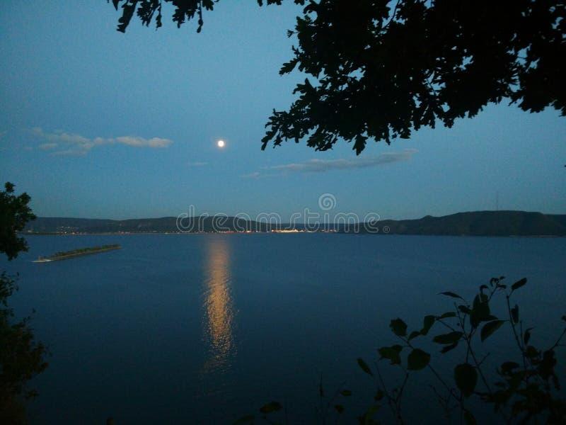 Moon sobre o Rio Volga na cidade de Togliatti, região do Samara imagens de stock