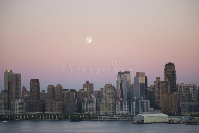 moon som är ny över york royaltyfria bilder