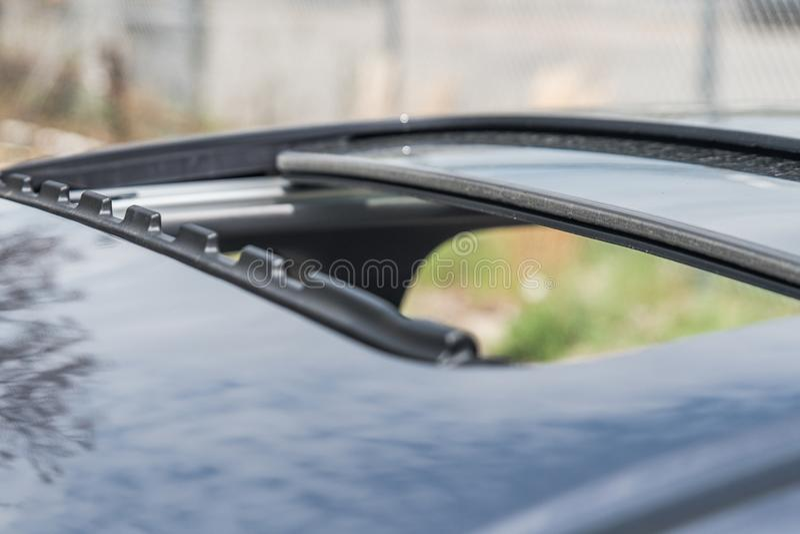 Moon Sonnendach auf dem modernen Auto, das am sonnigen Tag geöffnet ist lizenzfreie stockfotos