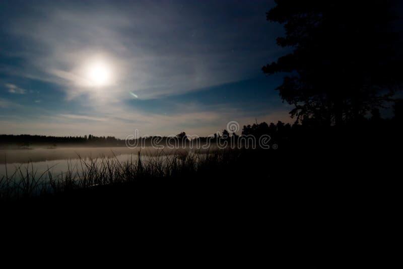 Moon sopra il lago fotografia stock
