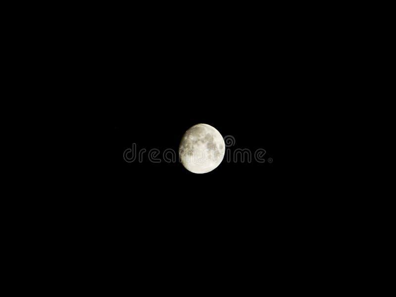 Moon sul cielo nero immagine stock