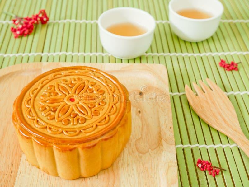 Mooncake на деревянной плите для фестиваля Средний-осени стоковое фото