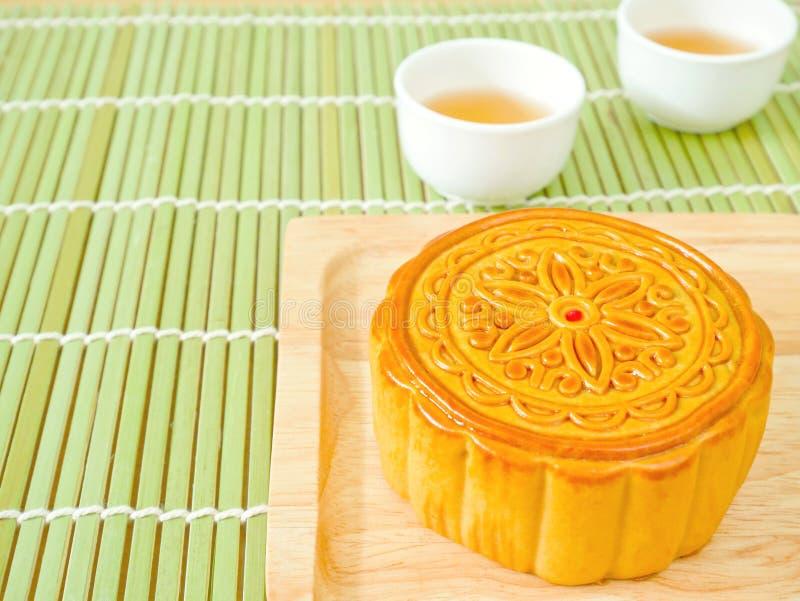 Mooncake на деревянной плите для фестиваля Средний-осени стоковые фотографии rf
