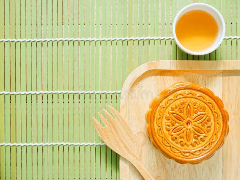 Mooncake на деревянной плите для фестиваля Средний-осени стоковые фото