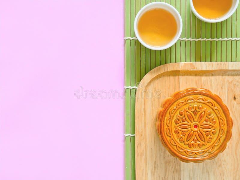 Mooncake на деревянной плите для фестиваля Средний-осени стоковая фотография rf