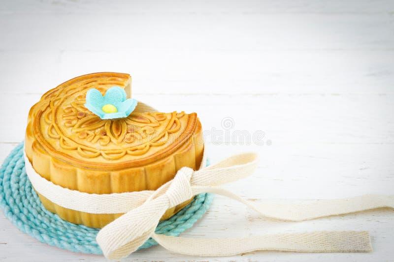 Mooncake chinois décoré sur le fond en bois blanc photographie stock libre de droits