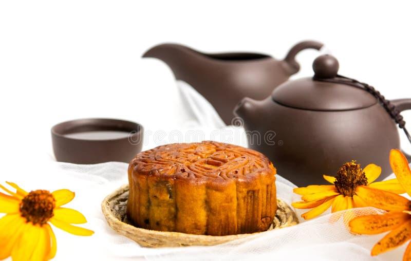 Mooncake cinese per il festival di Mezzo autunno e tè isolato fotografia stock libera da diritti