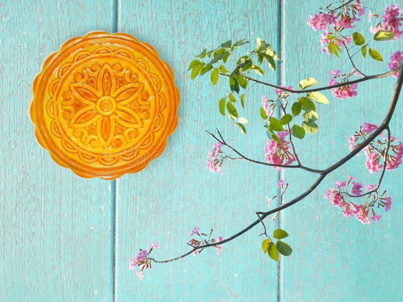 Mooncake de durian pour le festival et la décoration o de Mi-automne de fleurs images libres de droits