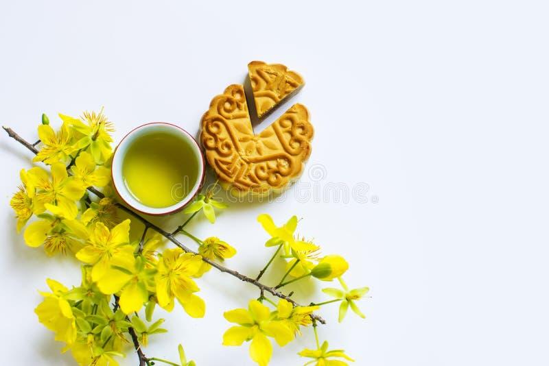 Mooncake e tè, alimento e bevanda per il metà di festival cinese di autunno Isolato su priorità bassa bianca fotografia stock libera da diritti