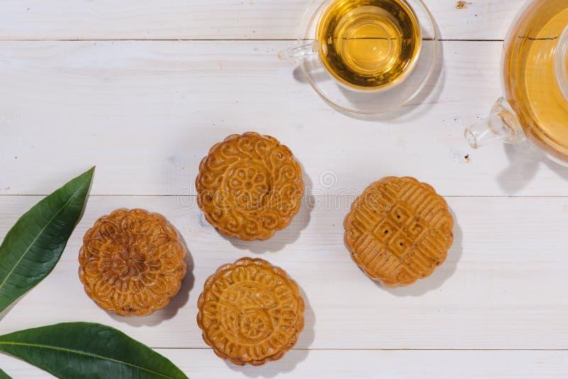 Mooncake en thee, het Chinese medio voedsel van het de herfstfestival Hoekmening F stock afbeelding