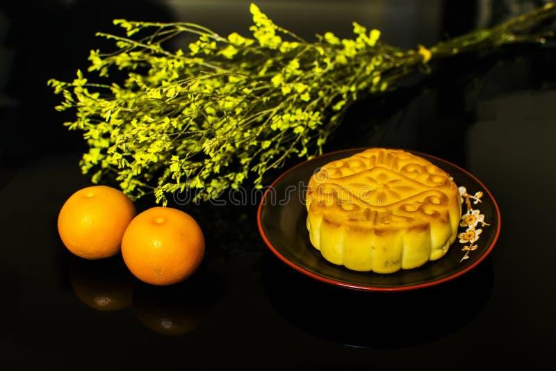 Mooncake en thee, het Chinese medio voedsel van het de herfstfestival op zwarte achtergrond stock foto's