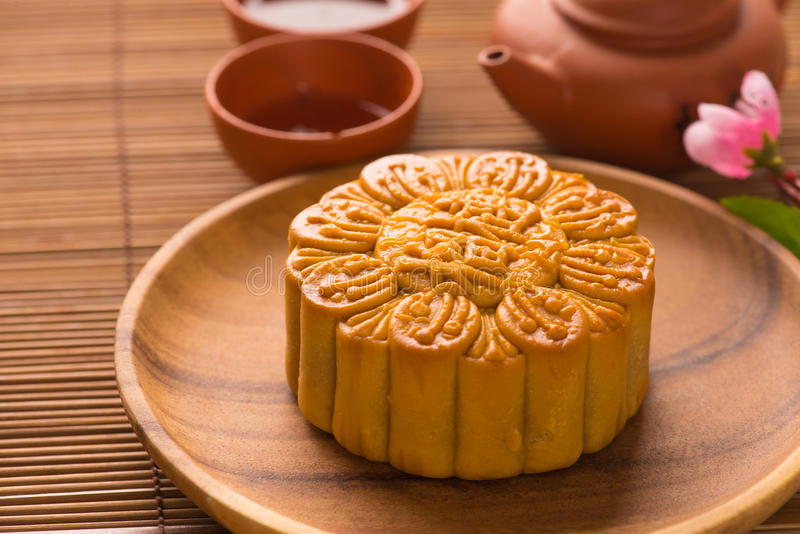 Mooncake en thee, het Chinese medio voedsel van het de herfstfestival. stock fotografie