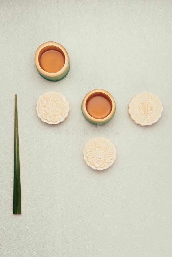 Mooncake en thee, het Chinese medio voedsel van het de herfstfestival Hoekmening van hierboven stock foto