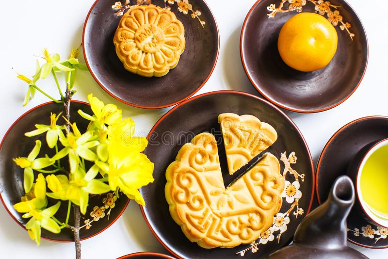 Mooncake et thé, nourriture et boisson pour le mi festival chinois d'automne D'isolement sur le fond blanc photos stock