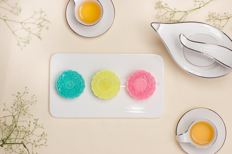 Mooncake tradicional chino delicioso del bocado en la tabla imagen de archivo