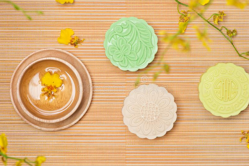Mooncake tradicional chino delicioso del bocado en la tabla foto de archivo libre de regalías