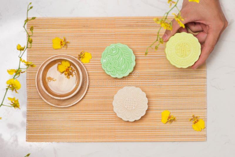 Mooncake tradicional chino delicioso del bocado en la tabla imagenes de archivo